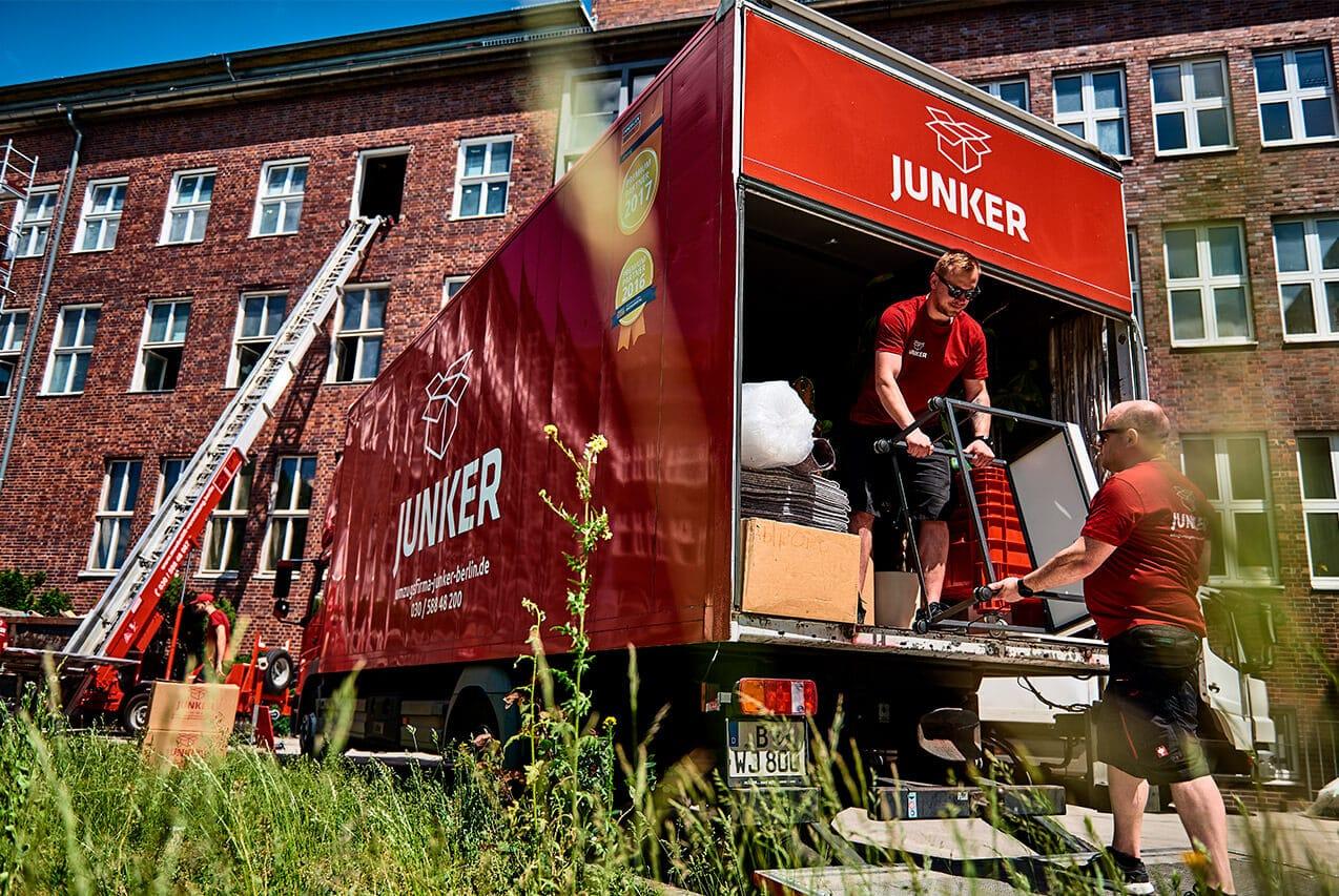 Junker Umzüge Berlin - Büroumzug - Mitarbeiter beim Büroumzug