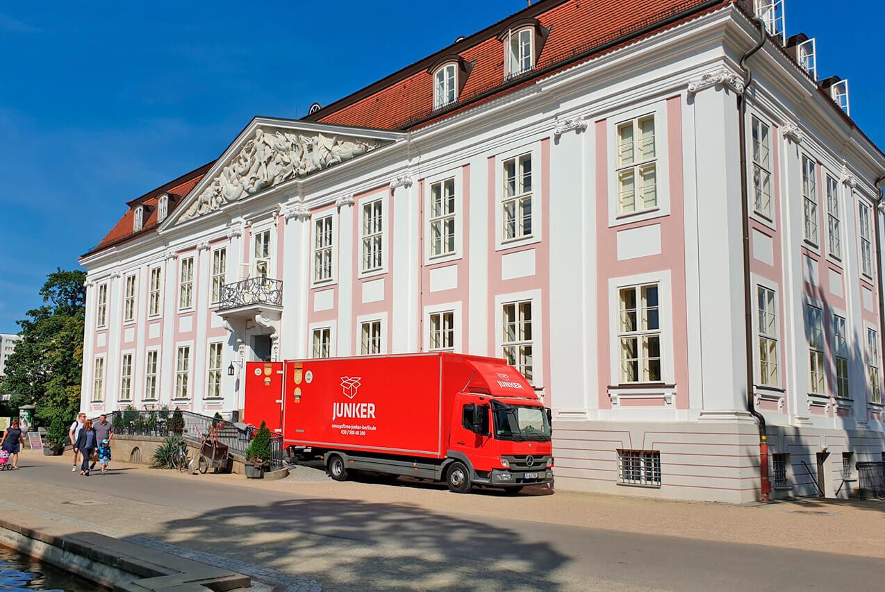 Junker Umzug Berlin - Fernumzug - Slider - LKW vor dem Palais