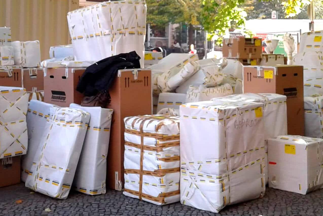 Junker Umzug Berlin - Fernumzug - Slider - Möbel verpackt wartet auf Transport