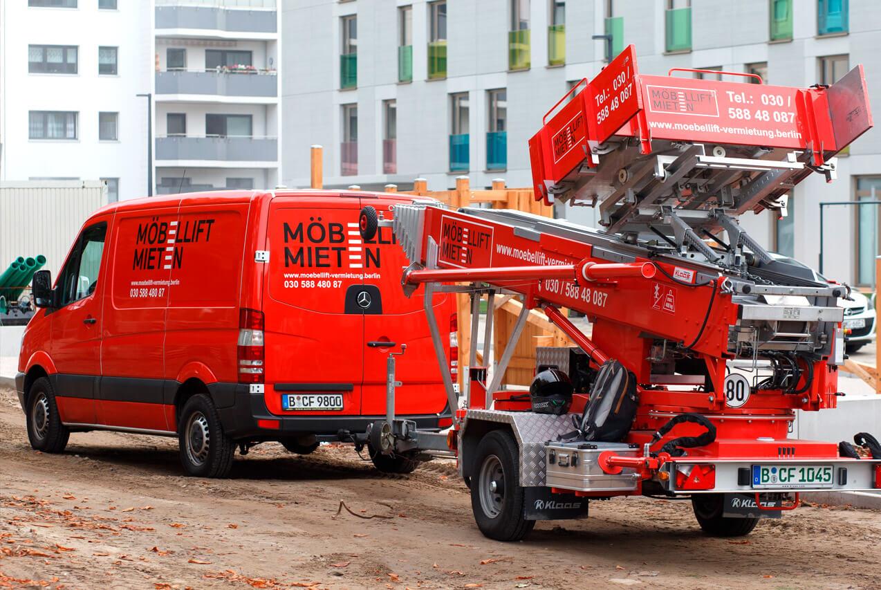 Junker Umzüge Berlin - Full Service Umzug - Möbellift auf dem Weg